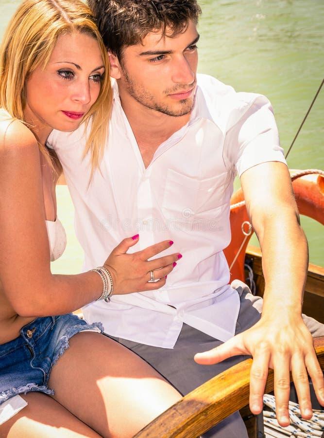 Pares en el amor - luna de miel en el barco de navegación imagenes de archivo