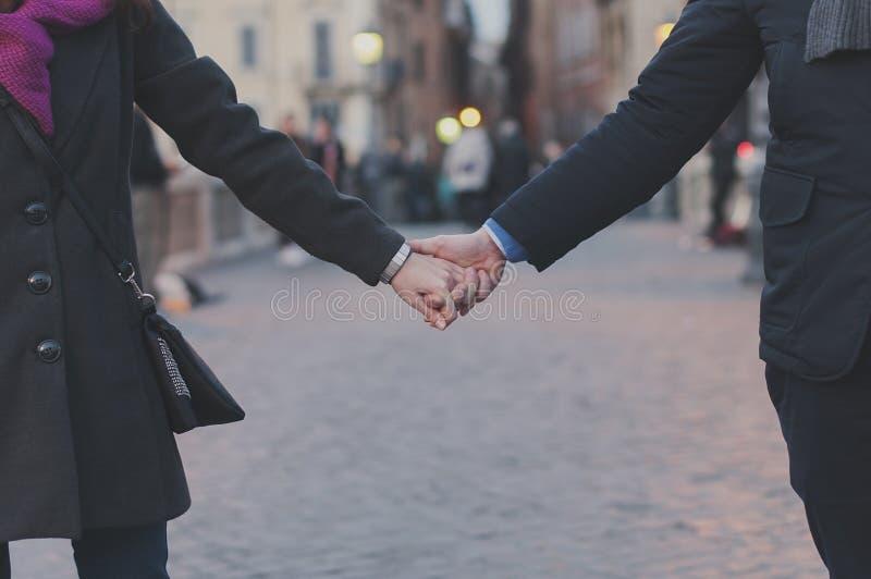 Pares en el amor que camina en Roma imagen de archivo libre de regalías