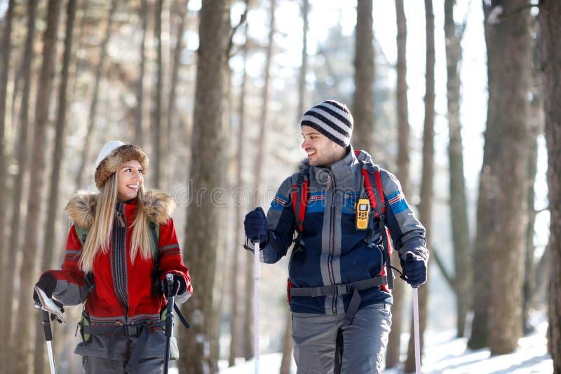 Pares en el amor que camina en la montaña imagen de archivo libre de regalías