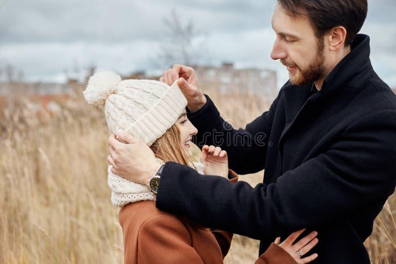 Pares en el amor que camina en el parque, día de tarjetas del día de San Valentín Un hombre y una mujer abrazan y beso, un par en imagen de archivo