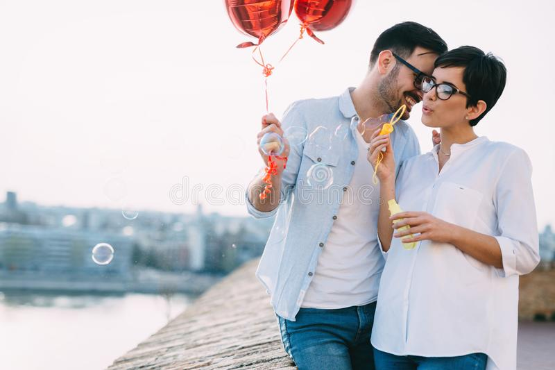 Pares en el amor que lleva a cabo corazones rojos de los baloons el día de San Valentín foto de archivo libre de regalías