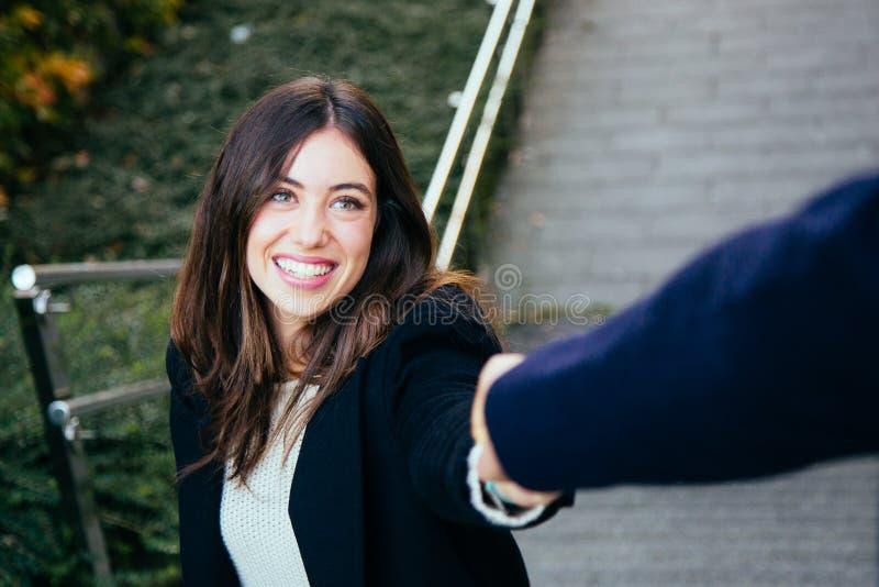 Pares en el amor que lleva a cabo las manos en las escaleras fotografía de archivo