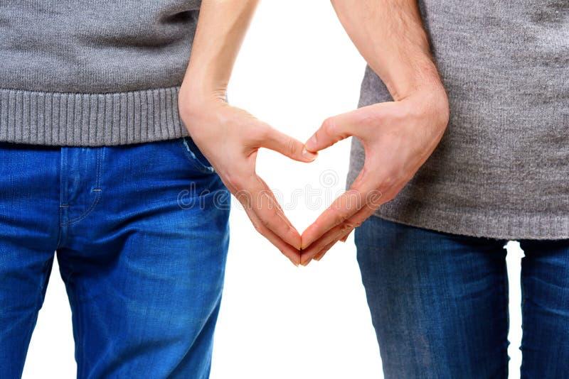 Pares en el amor que muestra el corazón foto de archivo