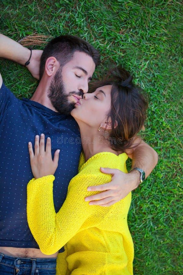 Pares en el amor que se besa en hierba fotografía de archivo