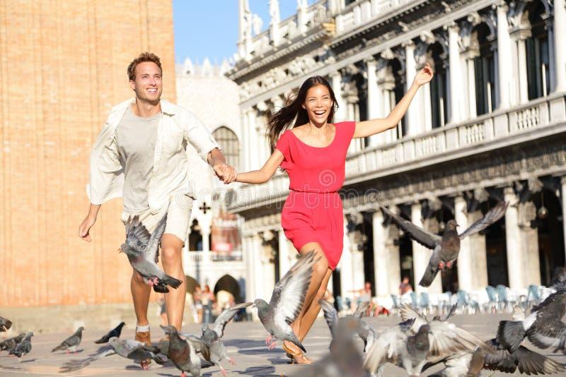 Pares en el amor que se divierte juguetón en Venecia fotos de archivo