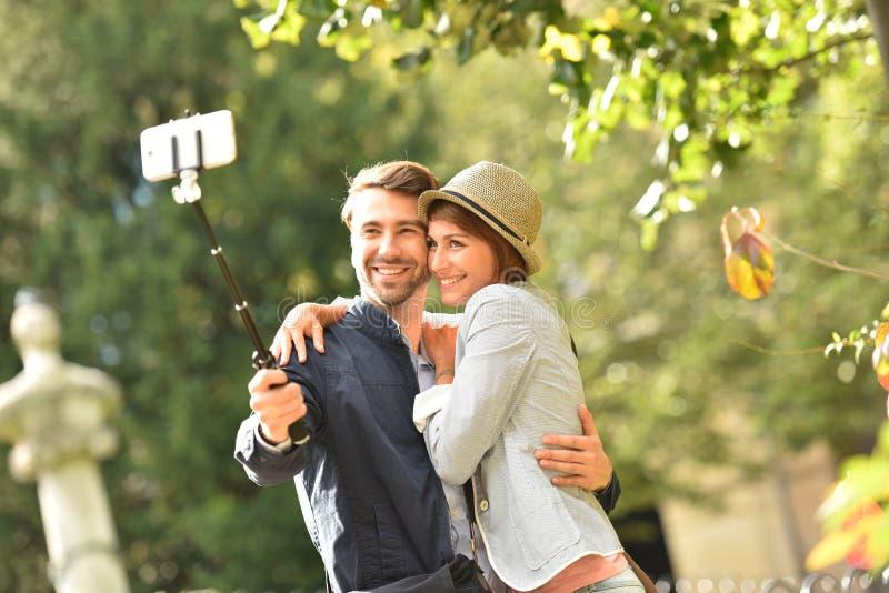 Pares en el amor que toma la foto del selfie en parque foto de archivo libre de regalías