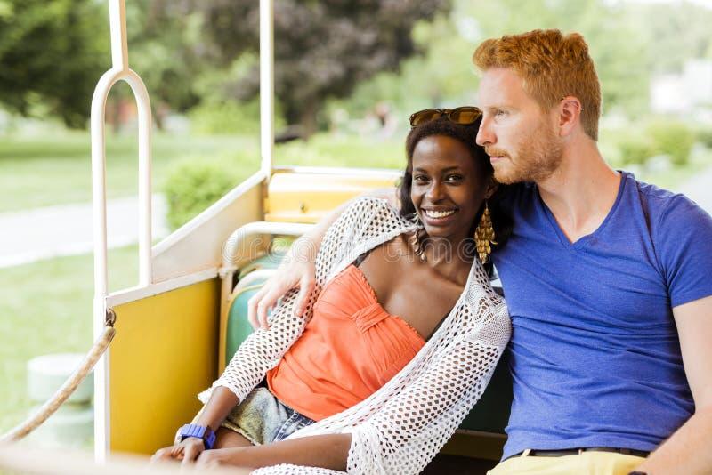 Pares en el amor que viaja por un ferrocarril escénico fotografía de archivo libre de regalías