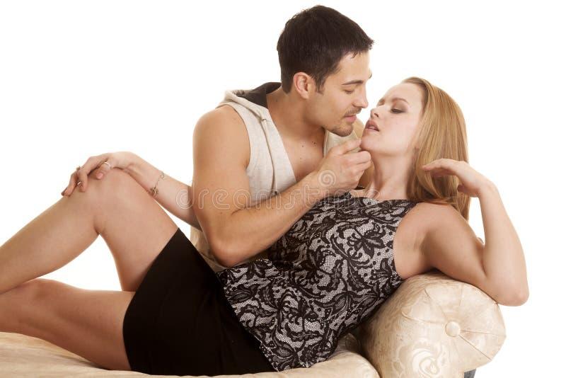 Pares en el cierre del banco listo para besarse fotografía de archivo