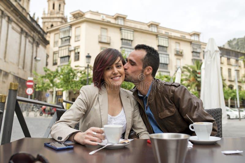 Pares en el coffe de consumición de la terraza de la barra con amor foto de archivo libre de regalías