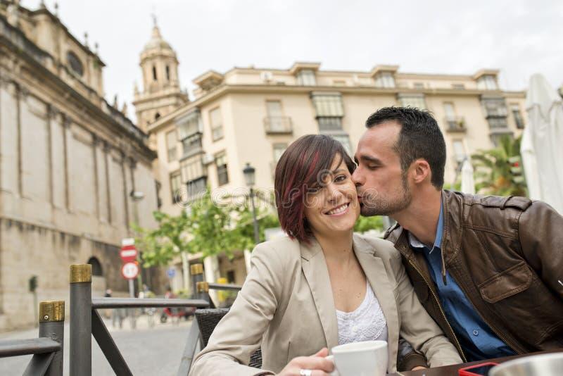Pares en el coffe de consumición de la terraza de la barra con amor fotos de archivo