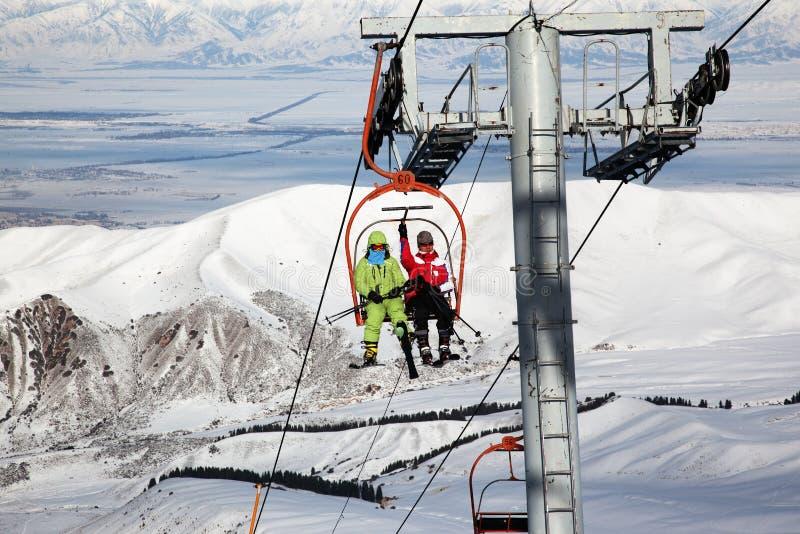 Pares en el elevador del esquí foto de archivo libre de regalías
