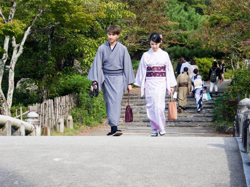 Pares en el kimono que camina en las calles de Kyoto fotos de archivo