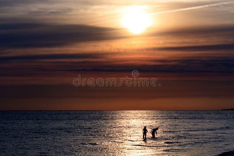 Pares en el mar foto de archivo