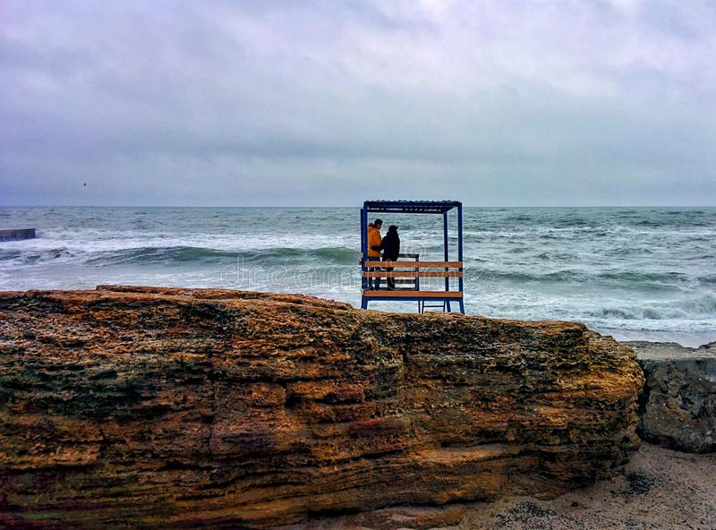 Pares en el mar fotos de archivo
