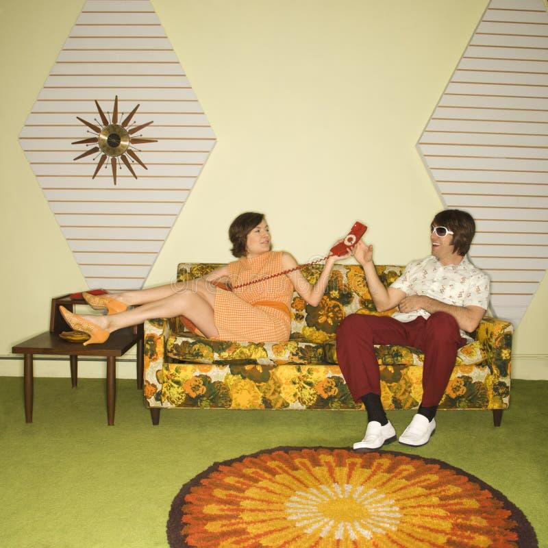 Pares en el sofá. imagenes de archivo