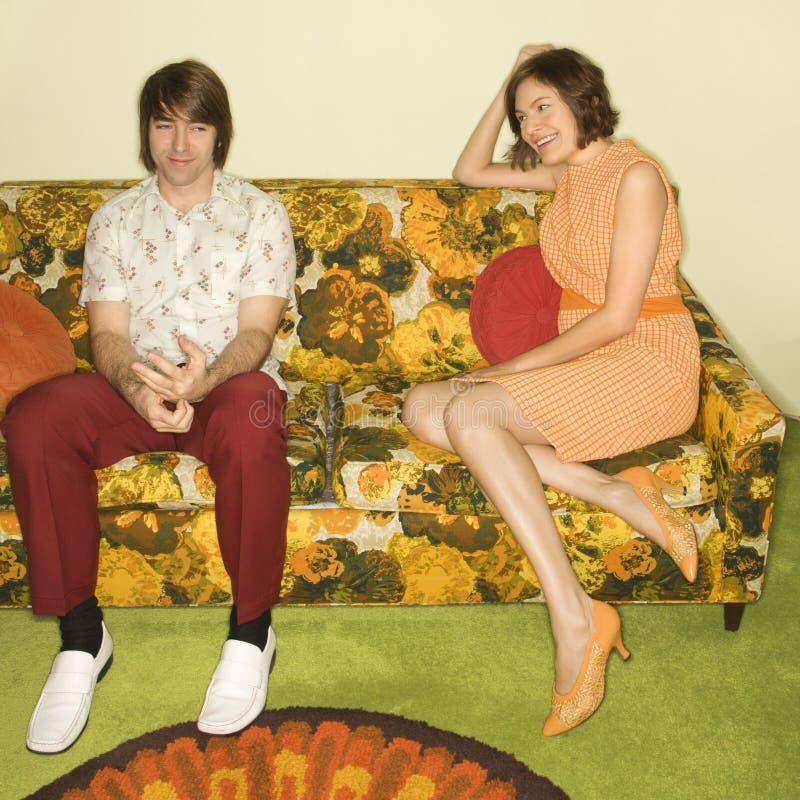Pares en el sofá. fotografía de archivo libre de regalías