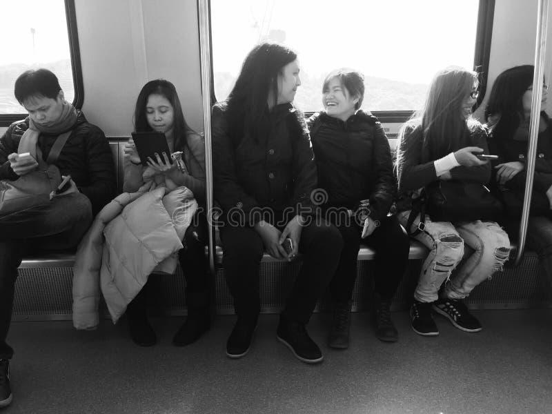 Pares en el tren fotografía de archivo libre de regalías