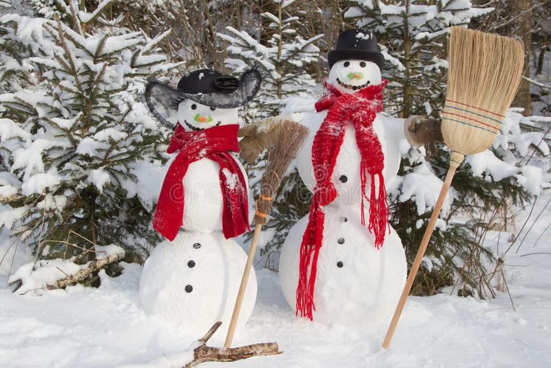 Pares en invierno - decoración al aire libre del muñeco de nieve de la Navidad con sno fotos de archivo