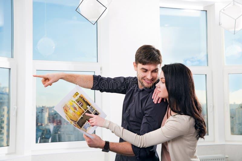 Pares en la búsqueda de las propiedades inmobiliarias para una compra fotos de archivo