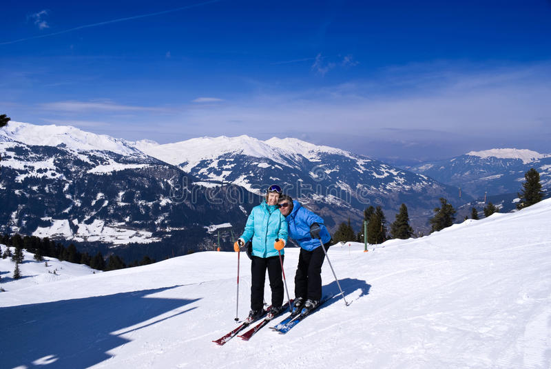 Pares en la estación de esquí foto de archivo libre de regalías
