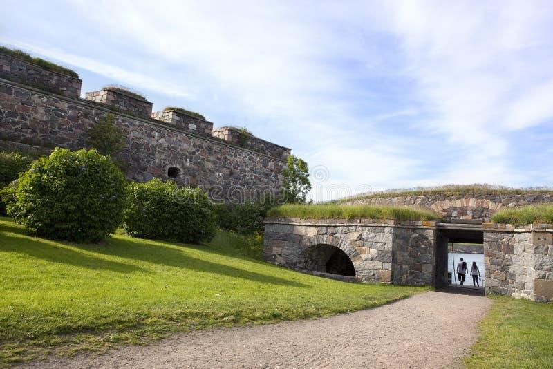 Pares en la fortaleza de la isla de Suommenlinna, Helsinki foto de archivo
