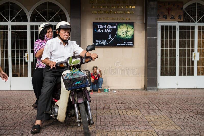 Pares en la moto que sale de la iglesia imágenes de archivo libres de regalías