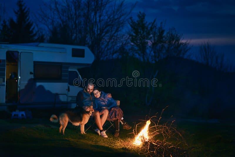 Pares en la naturaleza en la noche fotografía de archivo