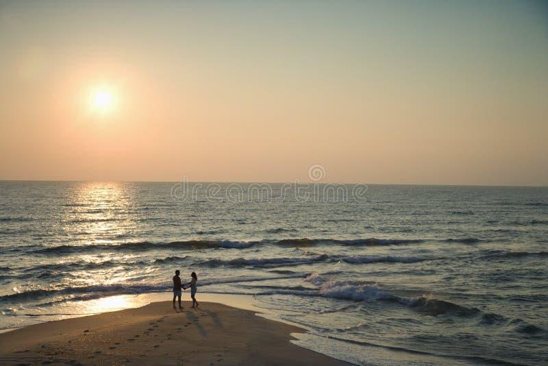 Pares en la playa. imagenes de archivo