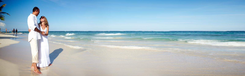 Pares en la playa foto de archivo libre de regalías