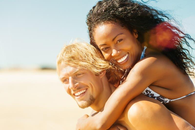 Pares en la playa soleada en verano en vacaciones imagen de archivo libre de regalías