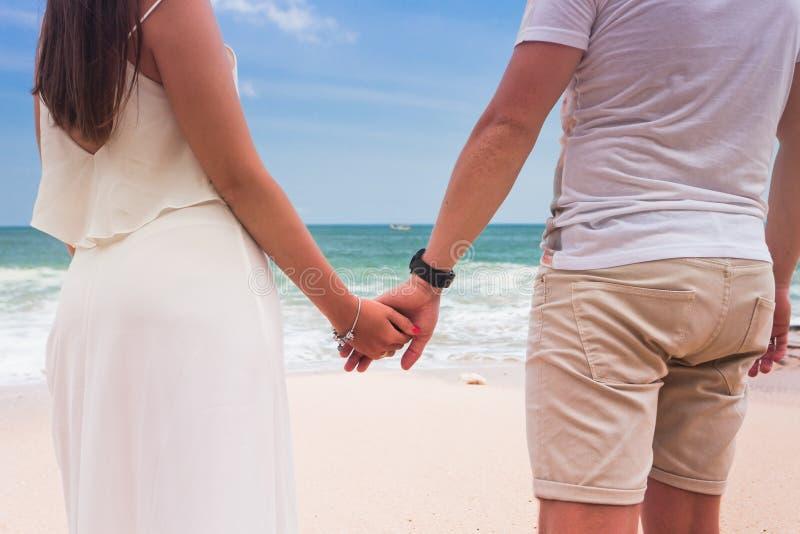 Pares en la playa y el cielo azul foto de archivo libre de regalías