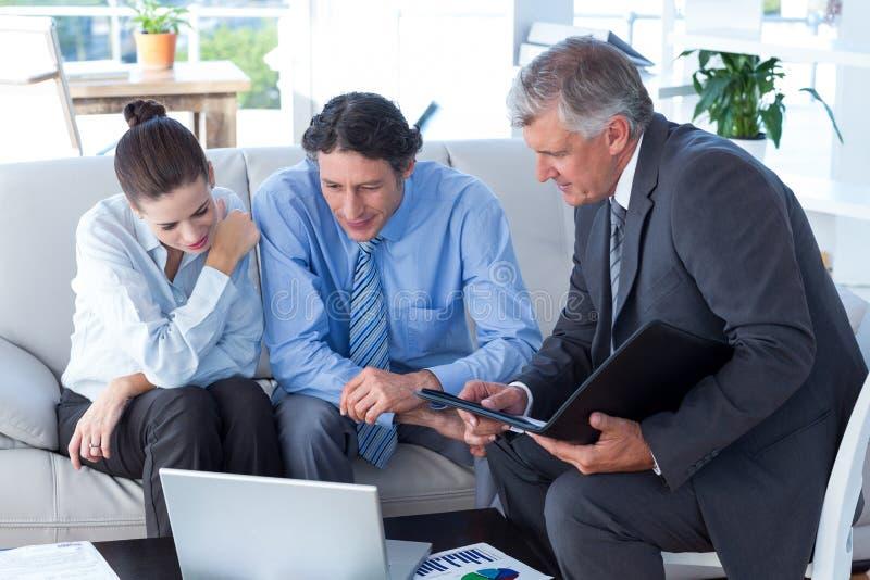 Pares en la reunión con un consejero financiero foto de archivo