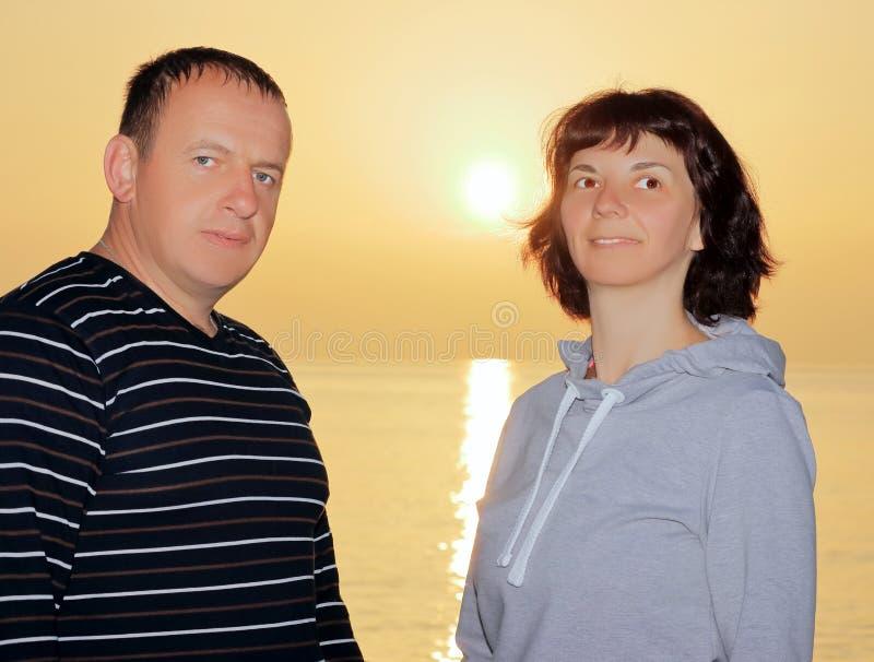 Pares en la salida del sol por el mar imagen de archivo libre de regalías