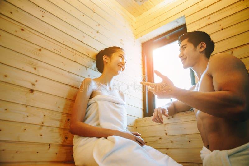 Pares en la sauna imagen de archivo