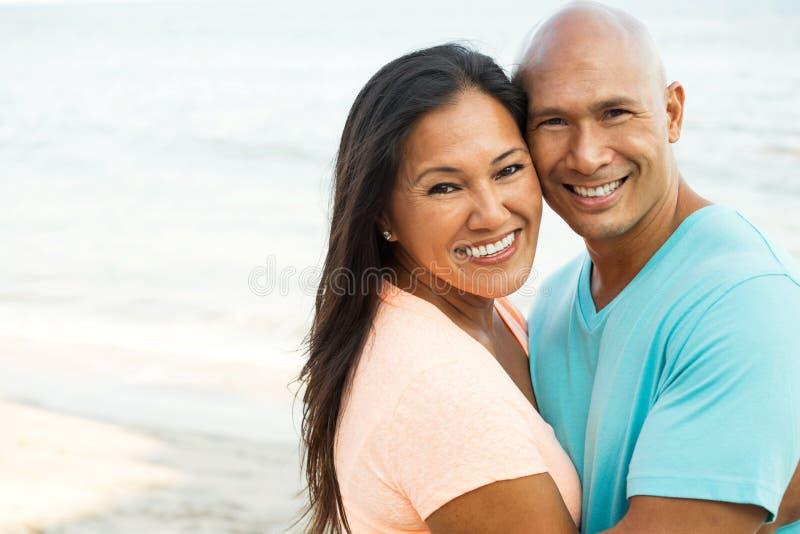 Pares en la sonrisa de la playa foto de archivo libre de regalías