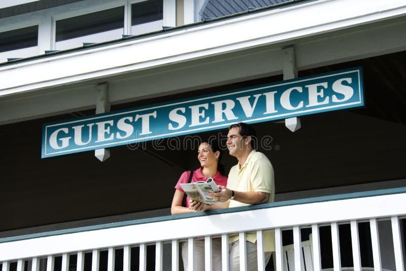 Pares en los servicios de la huésped. fotos de archivo