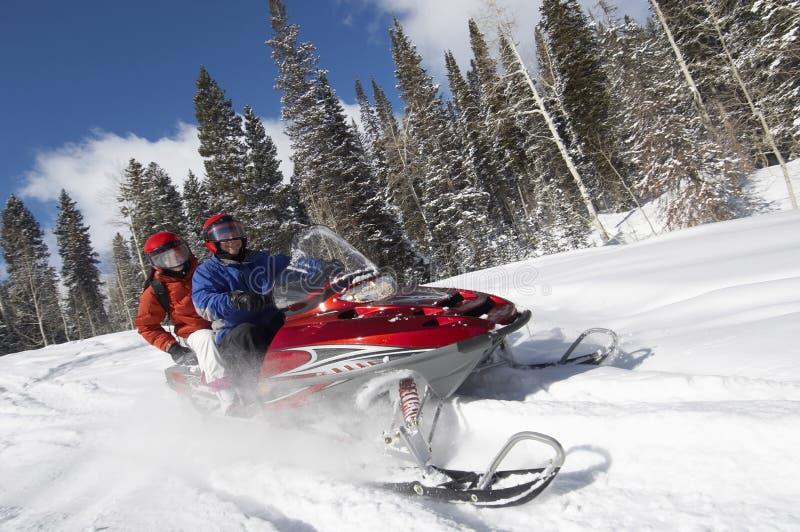 Pares en moto de nieve fotografía de archivo