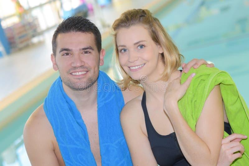 Pares en piscina fotografía de archivo libre de regalías