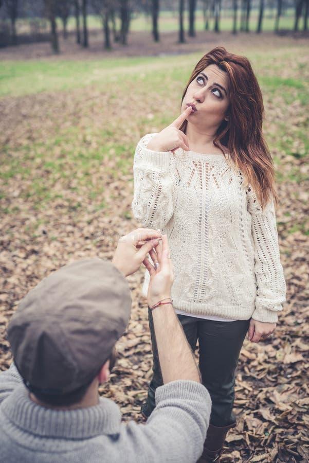 Pares en propuesta de matrimonio del amor fotografía de archivo libre de regalías