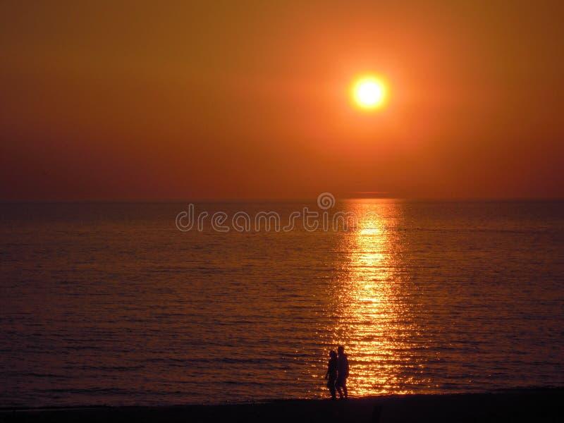 Pares en puesta del sol foto de archivo