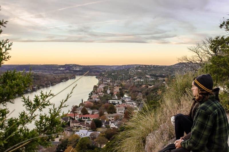 Pares en puesta del sol en Mont Bonnell en Austin imagenes de archivo