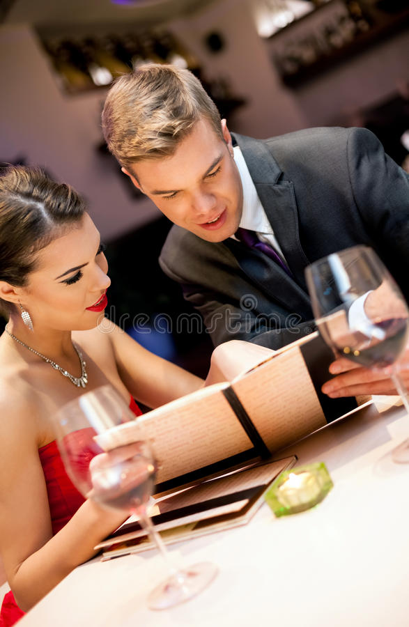 Pares en restaurante romántico fotos de archivo