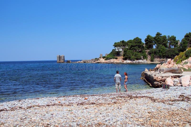 Pares en Rocky Beach, isla griega de Skyros, Grecia fotos de archivo libres de regalías