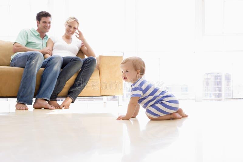 Pares en sala de estar con el bebé foto de archivo