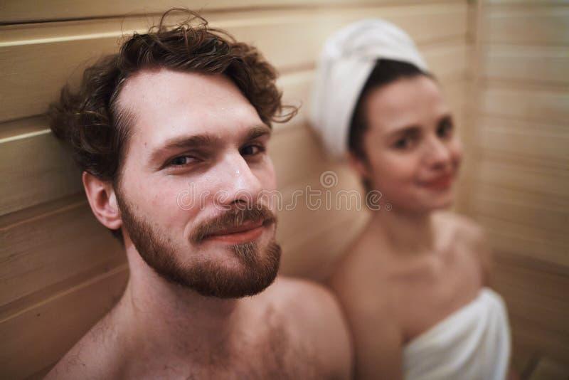 Pares en sauna foto de archivo libre de regalías