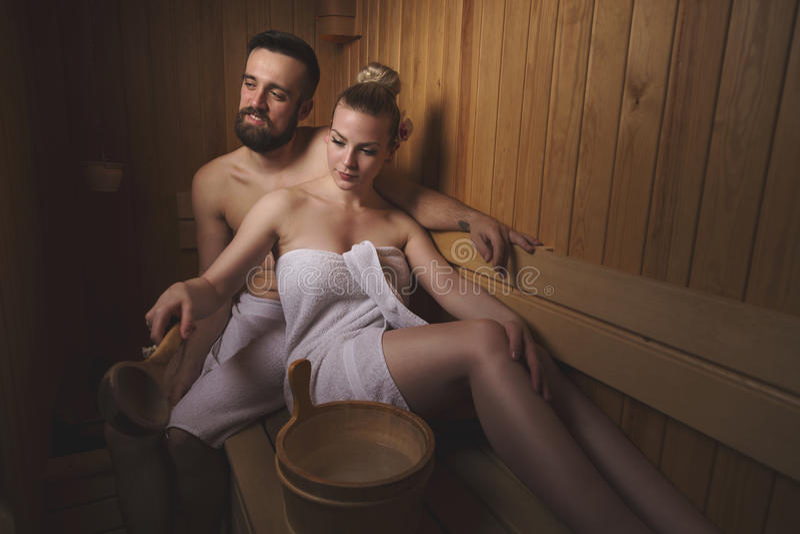 Pares en sauna imagenes de archivo