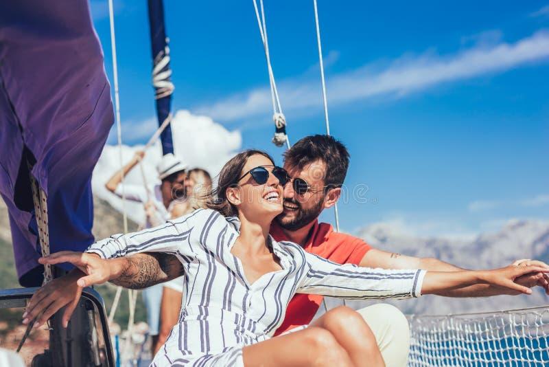 Pares en un barco de vela en el verano foto de archivo