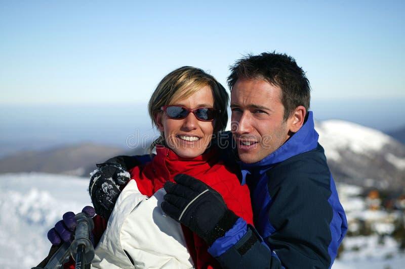 Pares en un día de fiesta del esquí fotografía de archivo libre de regalías