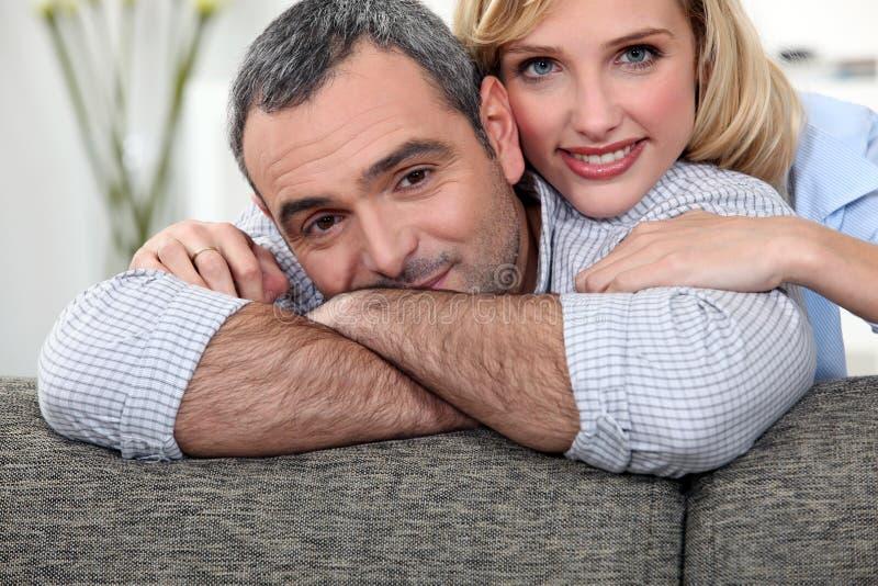 Pares en un sofá fotografía de archivo libre de regalías