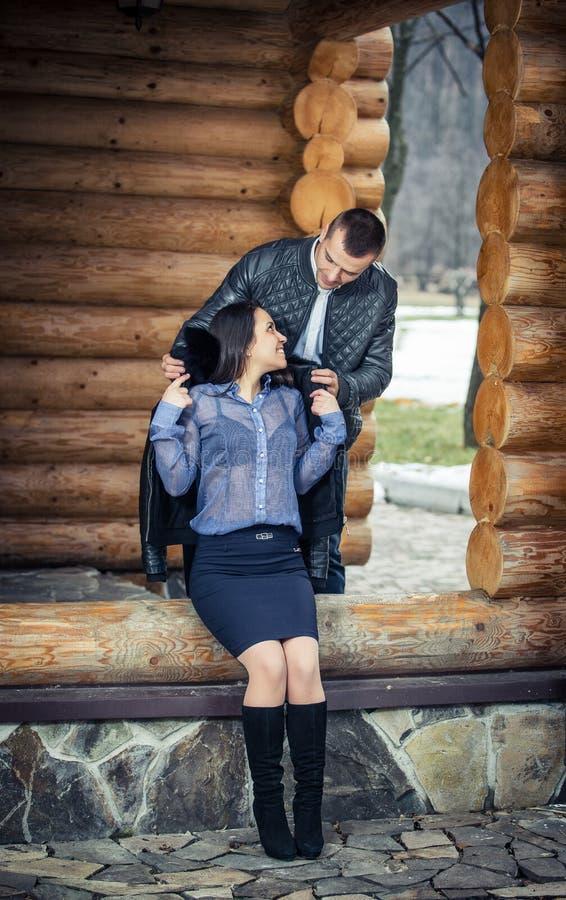 Pares en una cabina en scape romántico en invierno imagen de archivo libre de regalías